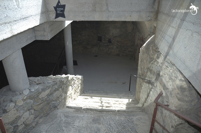 Castillo de la trinitat. Escaleras de acceso. Parte original del castillo y la restauración de hormigón