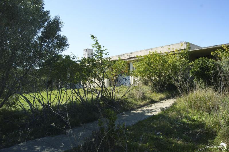 base loran. entrada al edificio de viviendas de los soldados