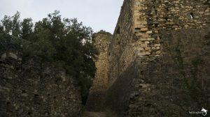 castillo de montclus. 00 rodeando el castillo buscando la entrada