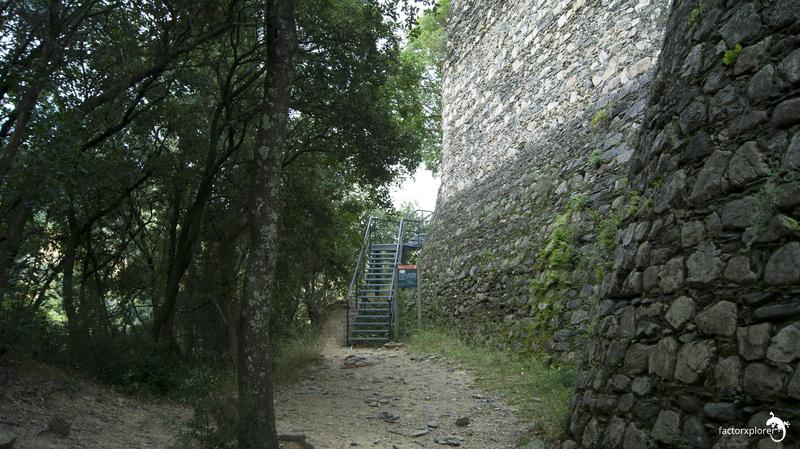 acceso al castillo de montclús